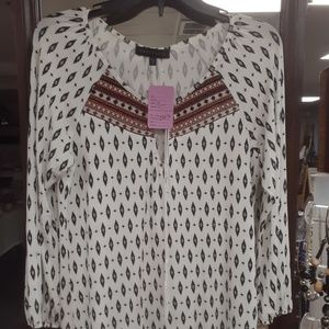 Tops - White top with pattern